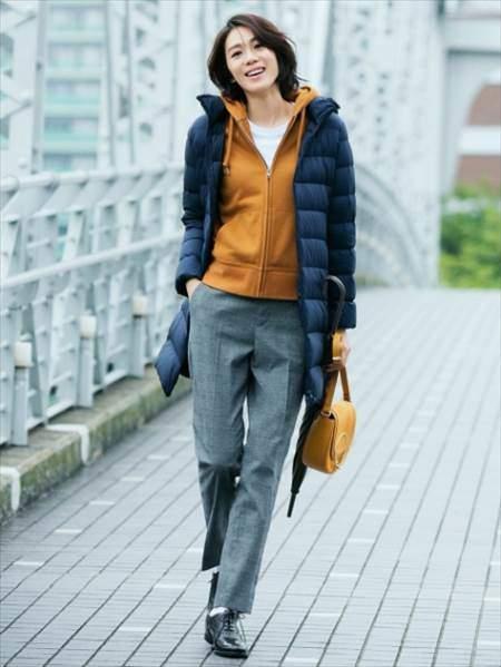 ユニクロのウルトラライトダウンフーデットコートを着ている女性のコーディネート例