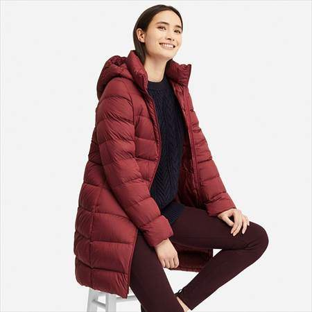 ユニクロのウルトラライトダウンフーデットコートのレッドを着ている女性