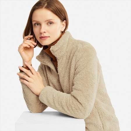 ユニクロのファーリーフリースフルジップジャケットを着ている女性