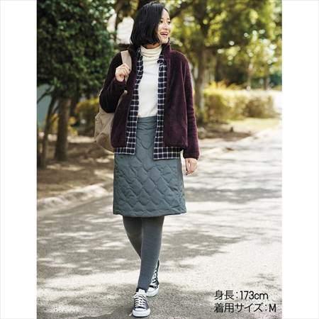 ユニクロのファーリーフリースフルジップジャケットを着ている女性のコーディネート例
