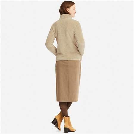 ユニクロのファーリーフリースフルジップジャケットを着ている女性の後ろ姿