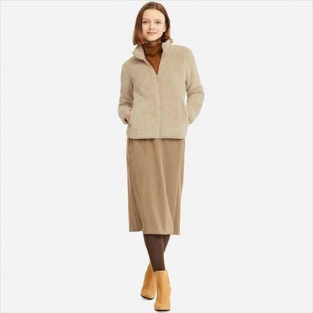 ユニクロのファーリーフリースフルジップジャケットを着ている女性の前方