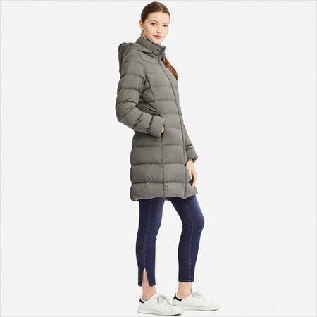 ユニクロのウルトラライトダウンフーデットコートのオリーブを着ている女性