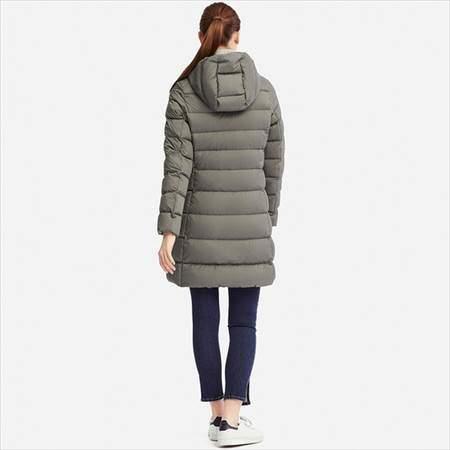 ユニクロのウルトラライトダウンフーデットコートのオリーブを着ている女性の後ろ姿