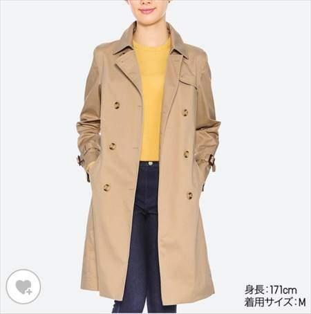 ユニクロのトレンチコートを着ている女性の前方