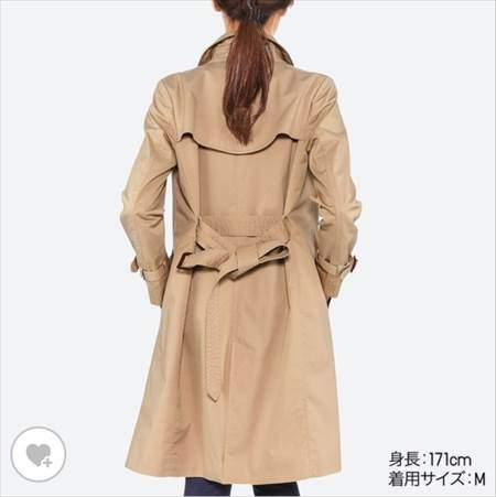 ユニクロのトレンチコートを着ている女性の後ろ姿
