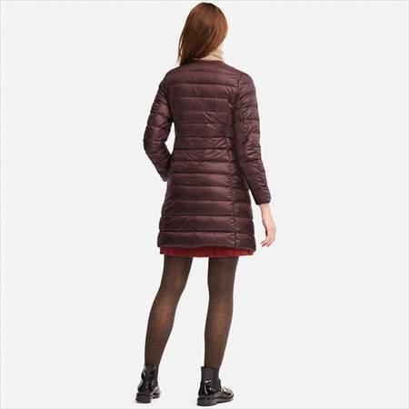 ユニクロのウルトラライトダウンコンパクトコートを着ている女性