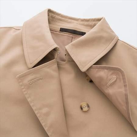 ユニクロのトレンチコートの襟のアップ