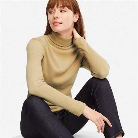 ユニクロのヒートテックフリースタートルネックT(長袖)を着ている女性