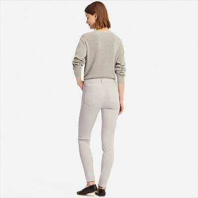 ユニクロのウルトラストレッチレギンスパンツ(丈標準69.5~71.5cm)を履いている女性
