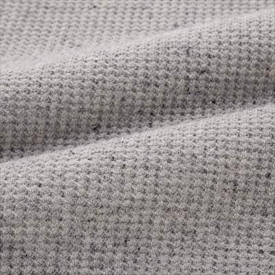 ユニクロのワッフルクルーネックT(長袖)のグレーの生地のアップ