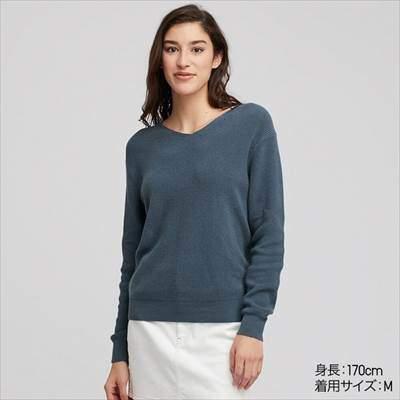 ユニクロのコットンカシミヤVネックセーター(長袖)のブルー